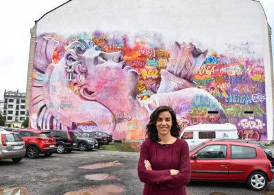 Rosalía Fernández Rial delante del mural de Pichiavo